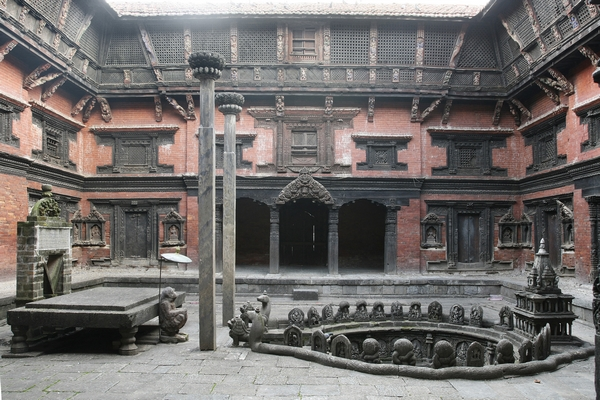 The palace's interior courtyard with the Tusa Hiti fountain.